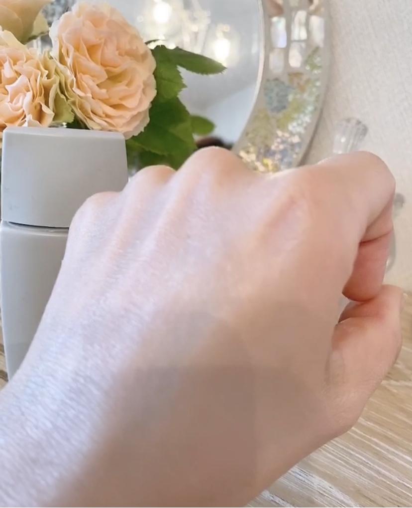 Forganics エッフェオーガニックUVプロテクトベースの日焼け止めを手の甲に塗りつやつやになっている写真